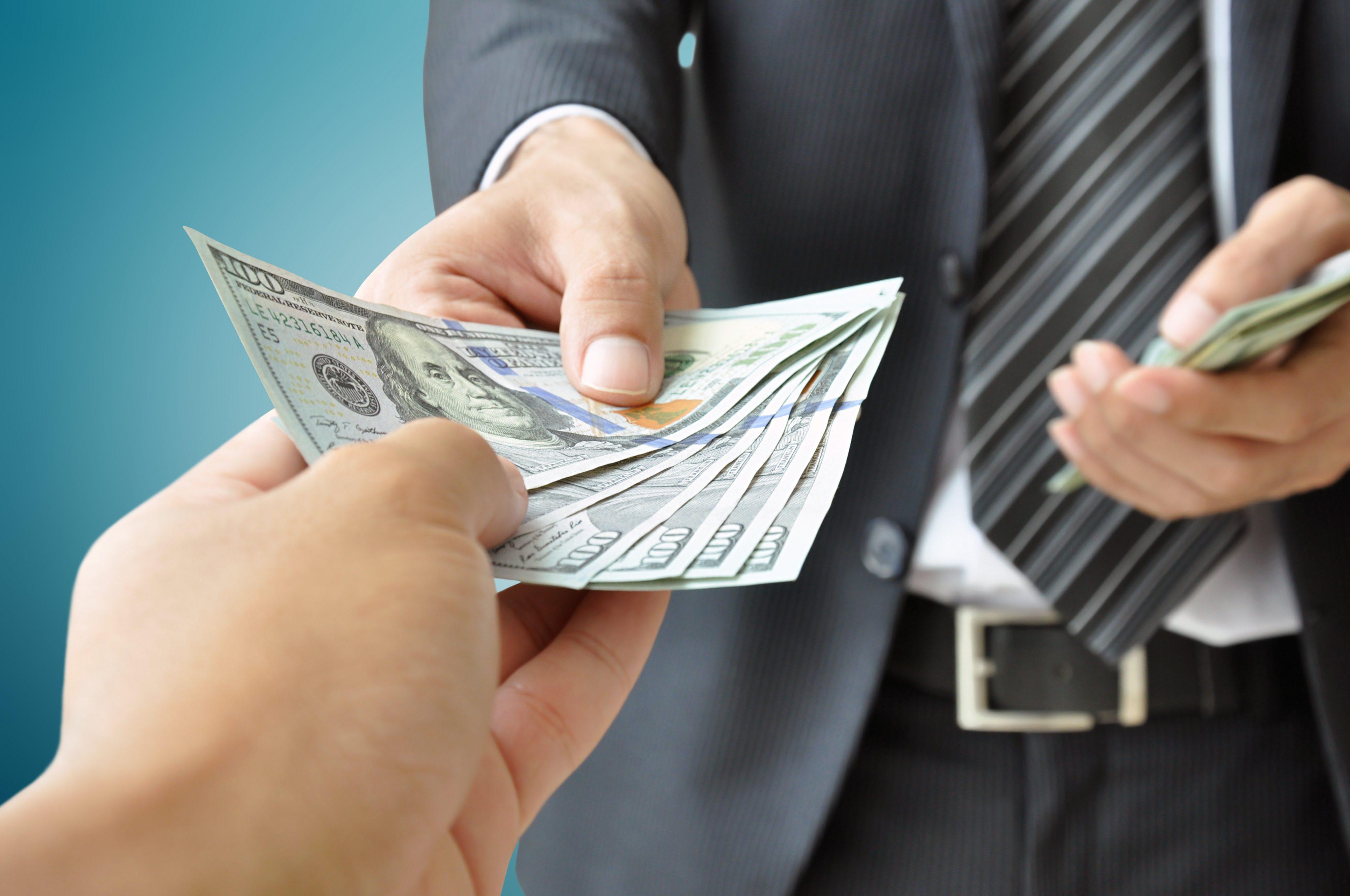 Si duhet të negocioni për të marrë pagën që meritoni