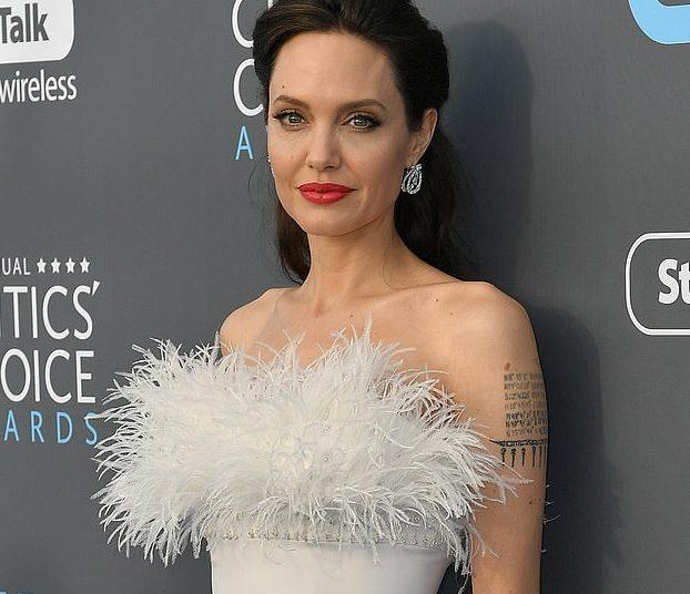 Teknika relaksuese që e praktikoi edhe Angelina Jolie po rekomandohet për trajtimin e menopauzës