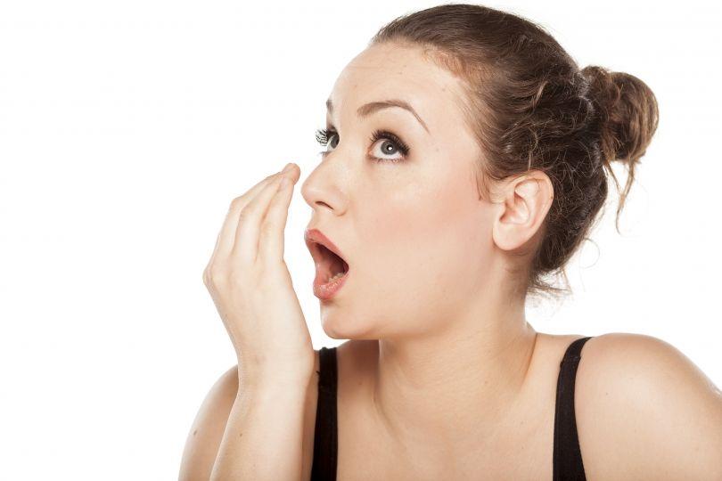 Si të largosh aromën e keqe të gojës me metoda natyrale