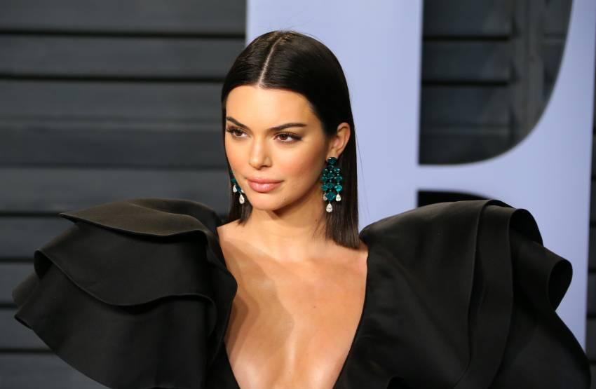 Kendall Jenner vë në pah të pasmet në imazhet e fundit me të brendshme