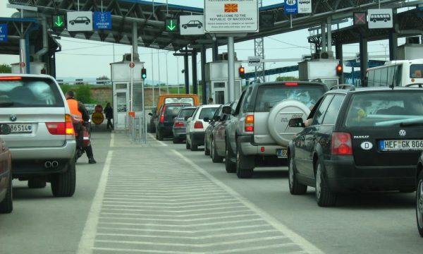 Pikëkalimet kufitare, pritje më të gjata te Dheu i Bardhë për të hyrë në Kosovë