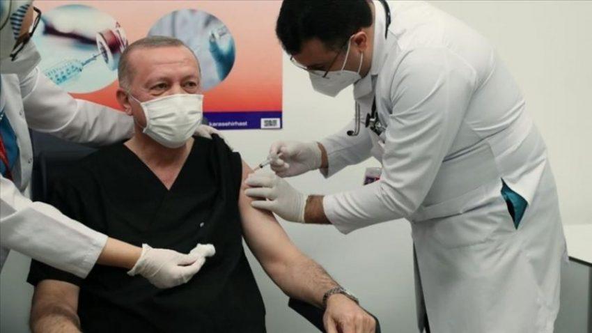 Erdogani merr dozën e parë të vaksinës kineze për Covid-19